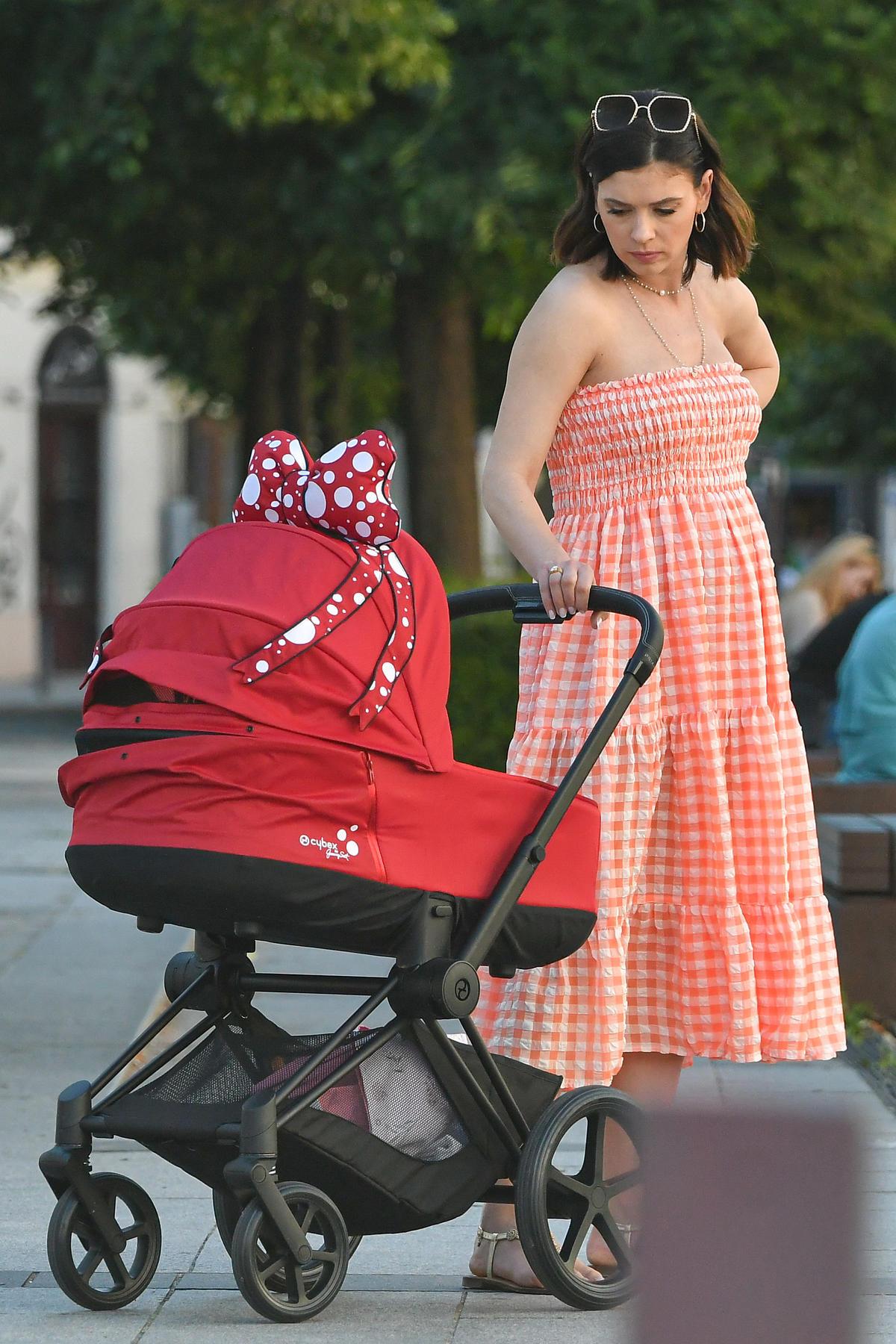 Klaudia Halejcio na spacerze z wózkiem