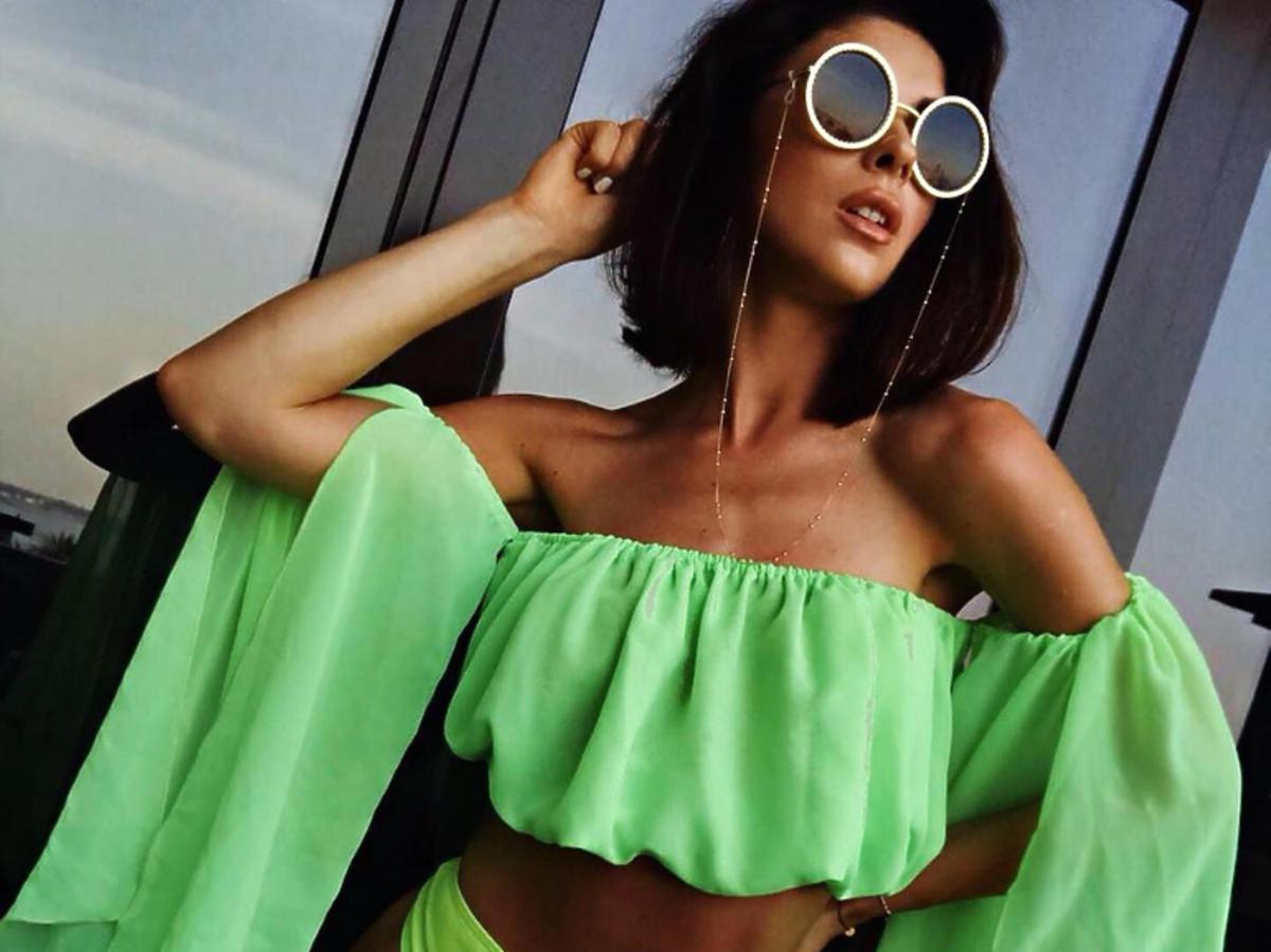 Klaudia Halejcio w neonowym stroju kąpielowym