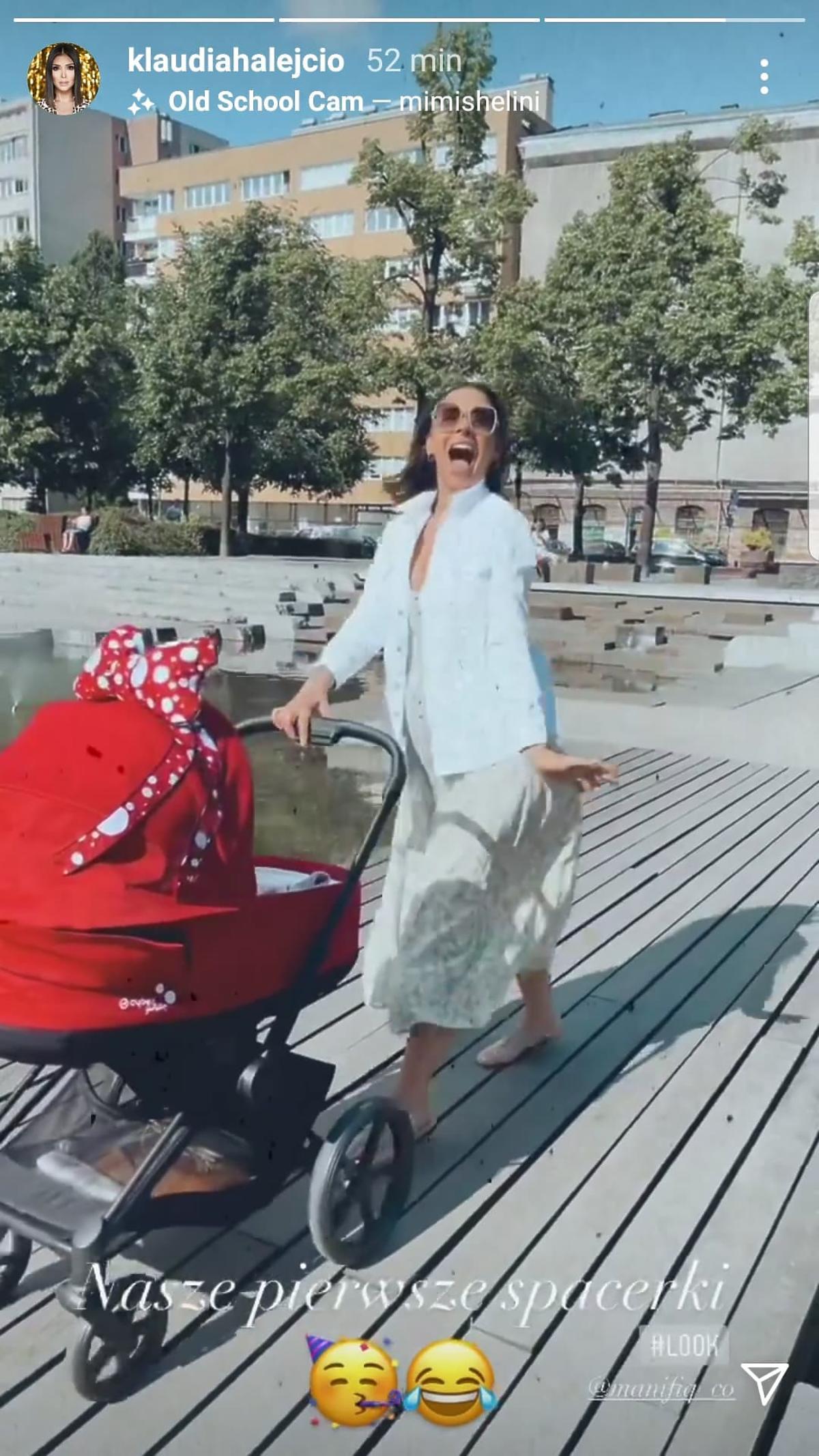 Klaudia Halejcio z córką na spacerze