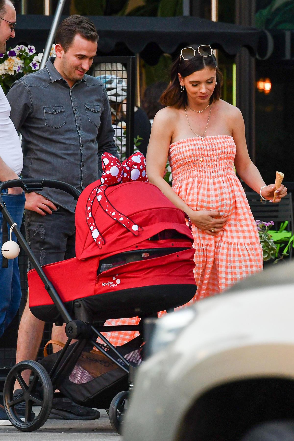 Klaudia Halejcio z mężem i córką na spacerze