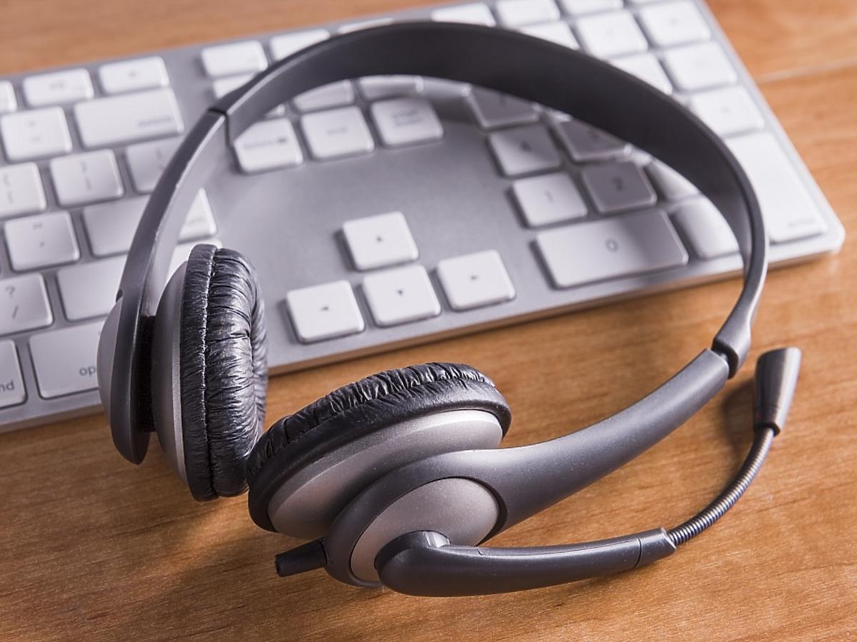 Klawiatura komputerowa i słuchawki