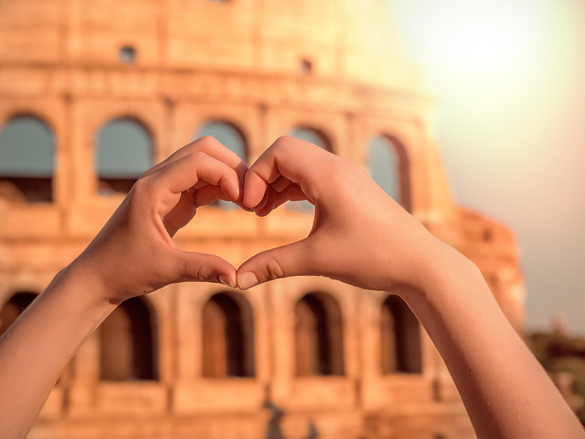 Kobiece dłonie ułożone na kształy serca w Rzymie.