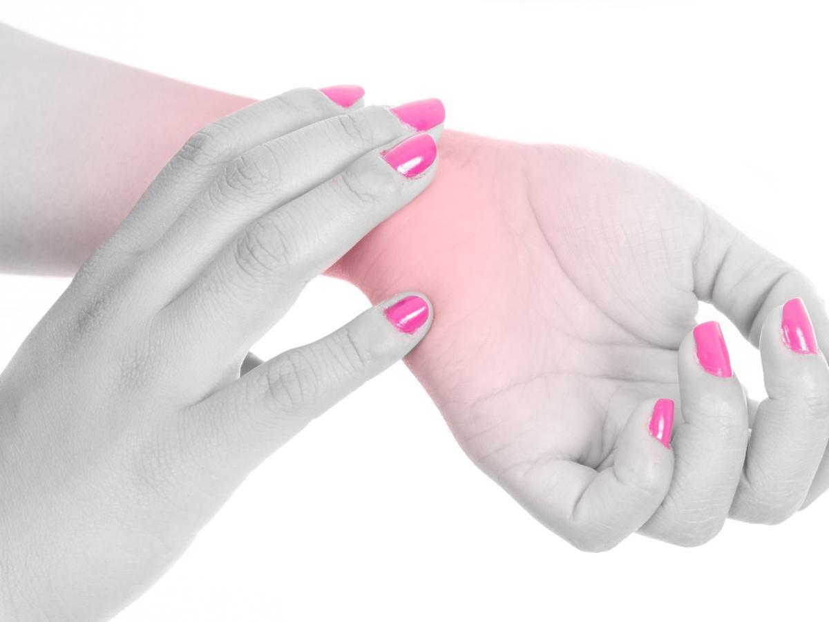 kobiece dłonie z różowymi paznokciami