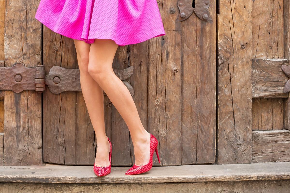 Kobiece nogi w czerwonych szpilkach