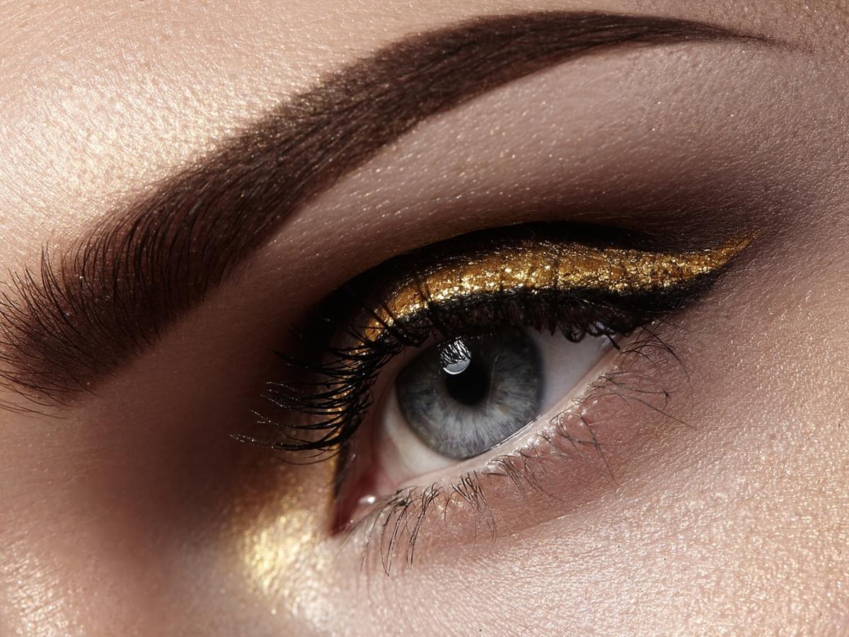 kobiece oko umalowane złotym, brokatowym cieniem do powiek