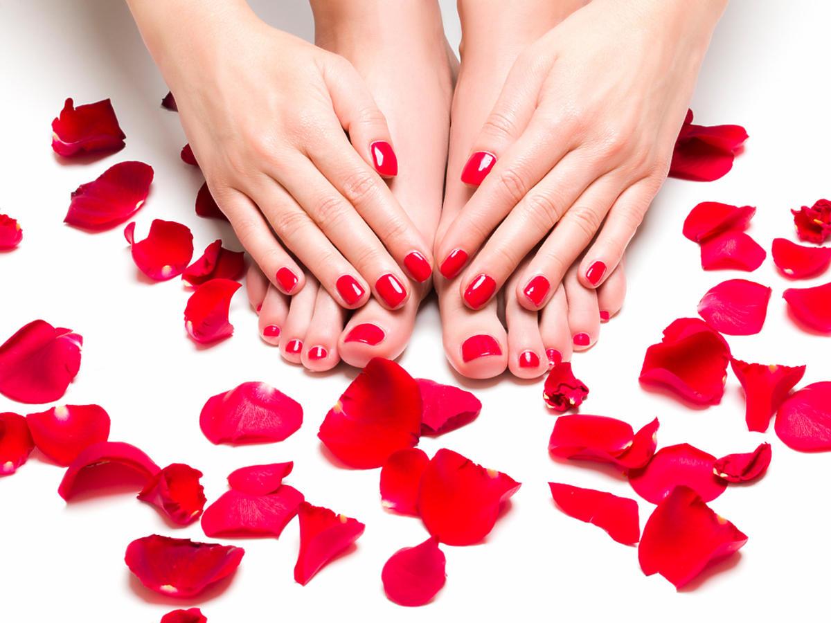 Kobiece stopy w płatkach róż.