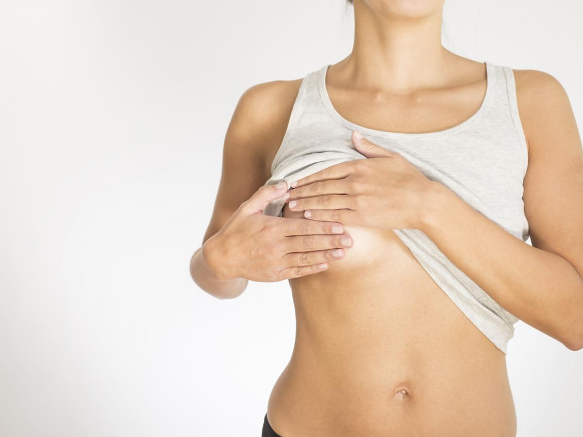 kobieta bada samodzielnie piersi
