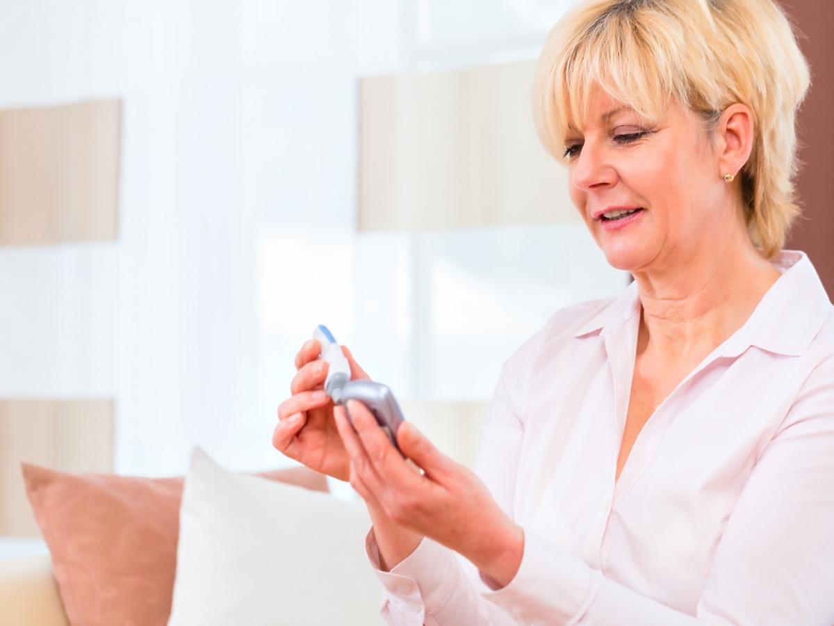 kobieta badająca poziom cukru