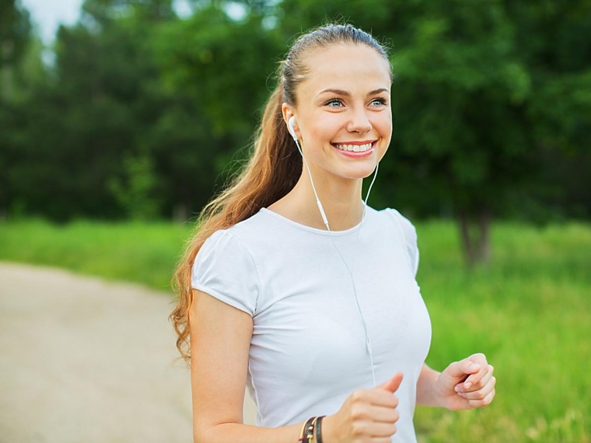 kobieta biegająca na świeżym powietrzu