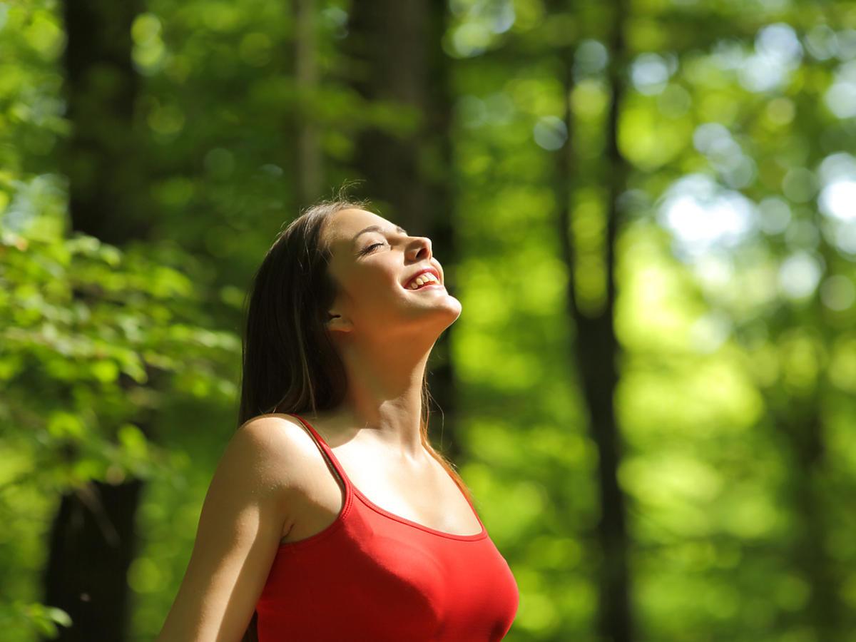 kobieta biorąca głęboki oddech