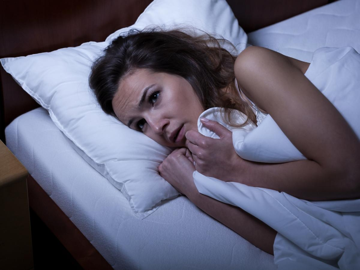 Kobieta boi się zasnąć