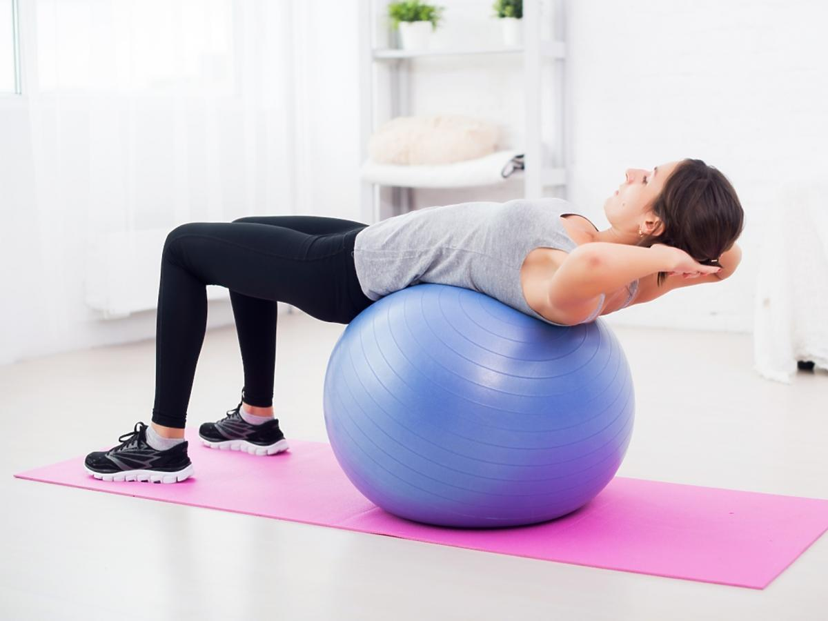 kobieta ćwicząca na piłce