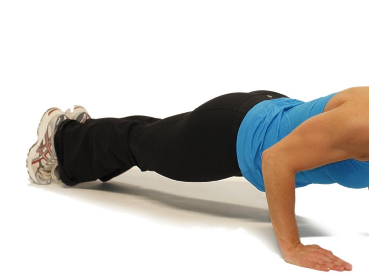 kobieta ćwiczy pompki