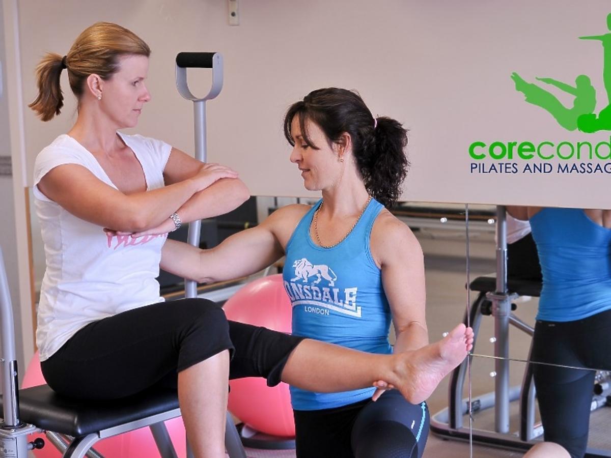 kobieta ćwiczy z rehabilitantką