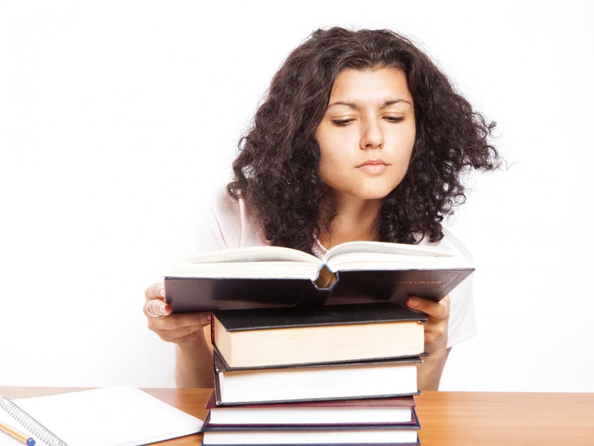 kobieta czyta książki