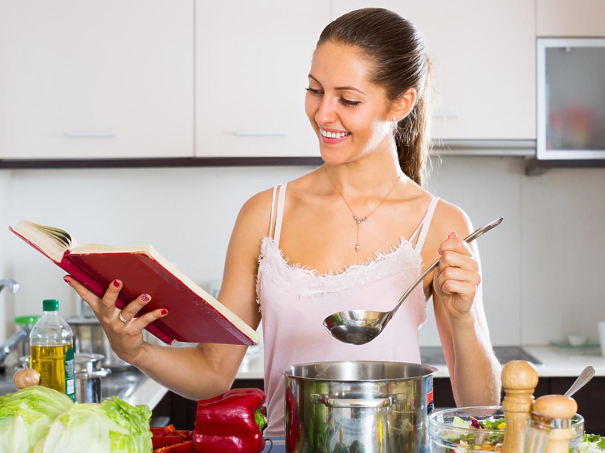 Kobieta gotuje zupę.