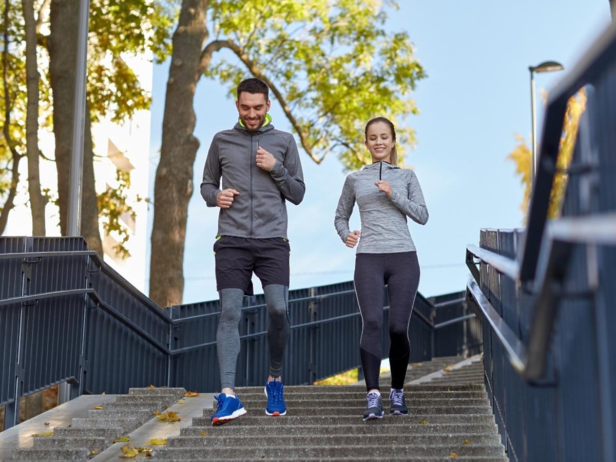 kobieta i mężczyzna biegają