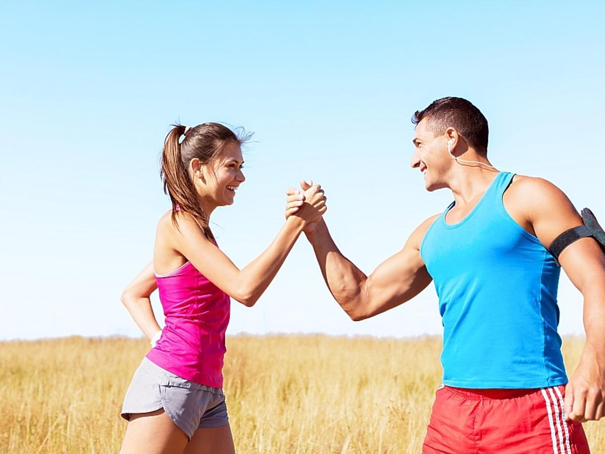 Kobieta i mężczyzna ćwiczą na polu
