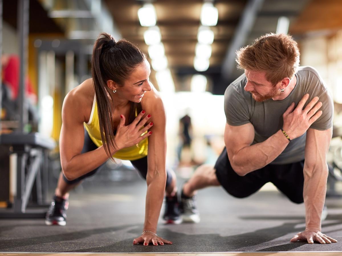 kobieta i mężczyzna ćwiczący na siłowni