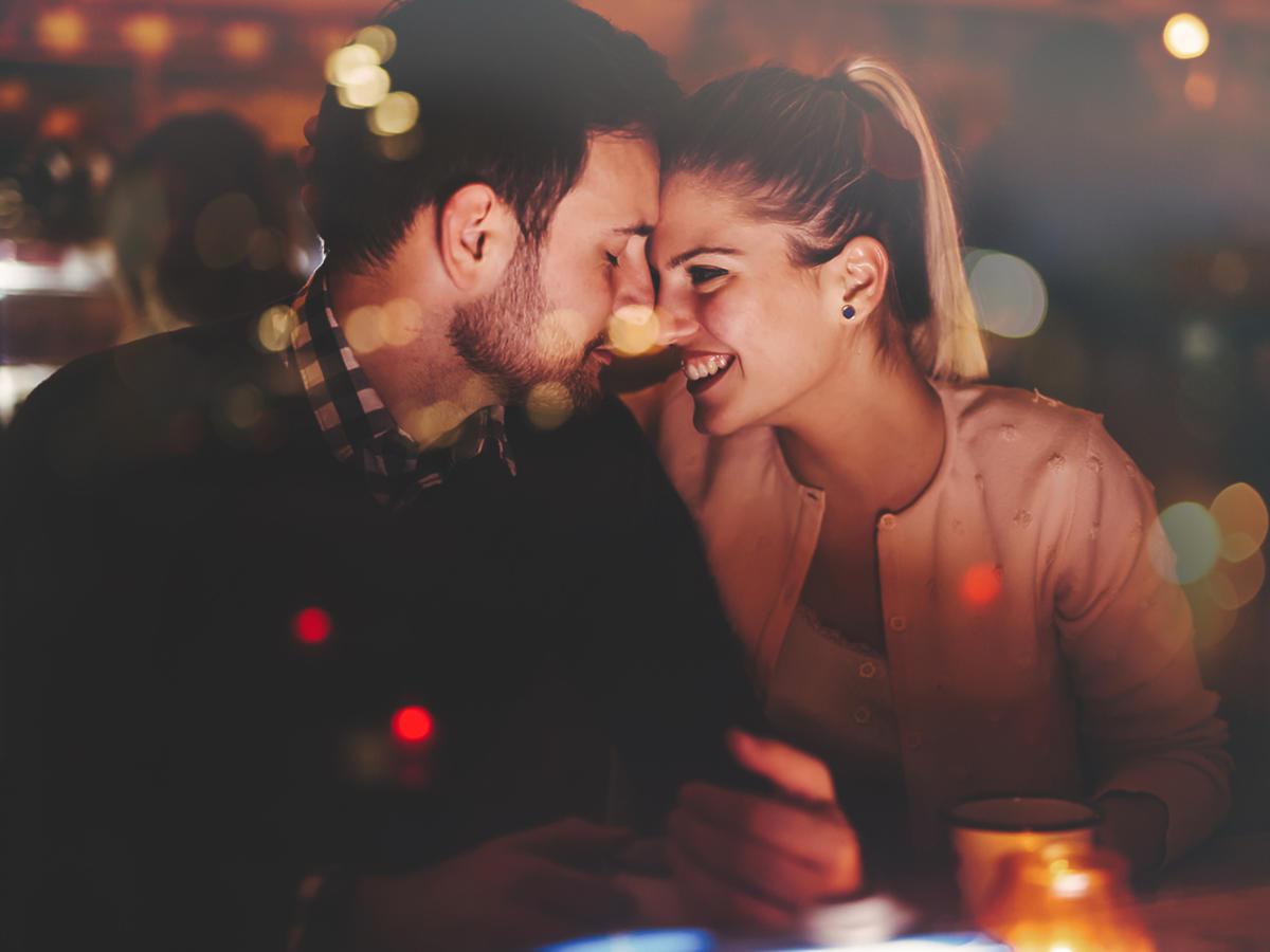 Kobieta i mężczyzna flirtują ze sobą na imprezie.