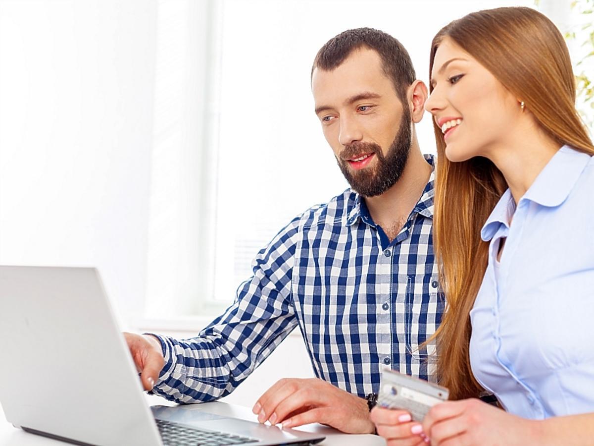 kobieta i mężczyzna przy komputerze