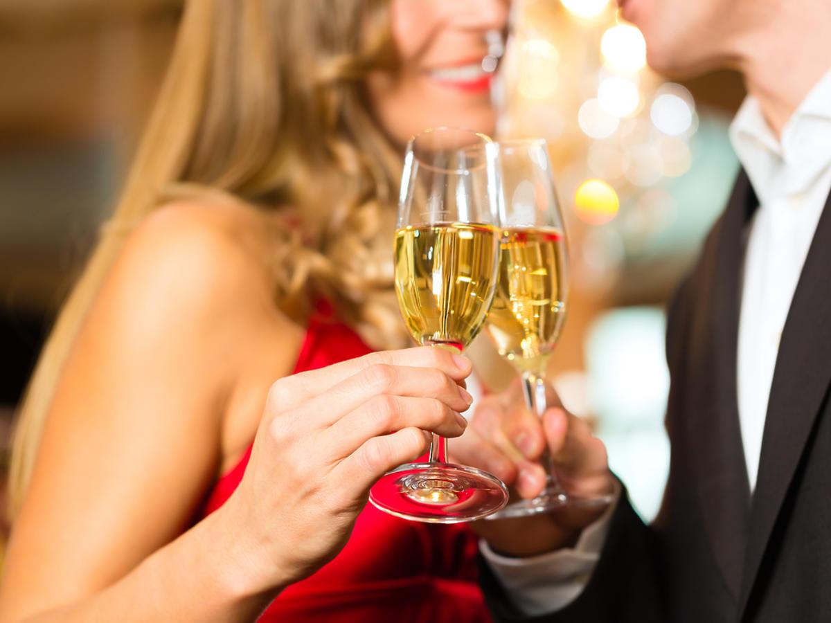 kobieta i mężczyzna trzymający-w-dłoniach kieliszki z szampanem