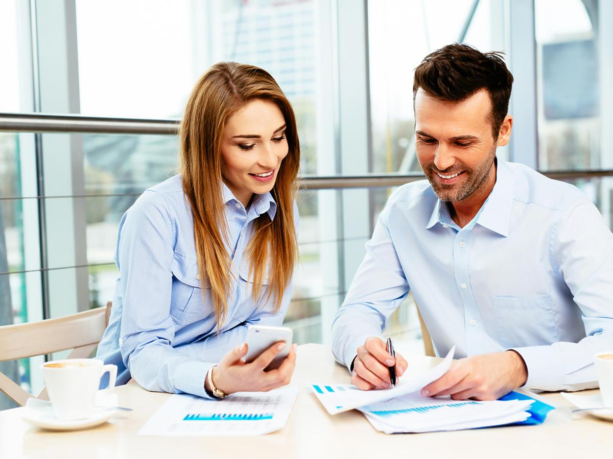 kobieta i mężczyzna w biurze