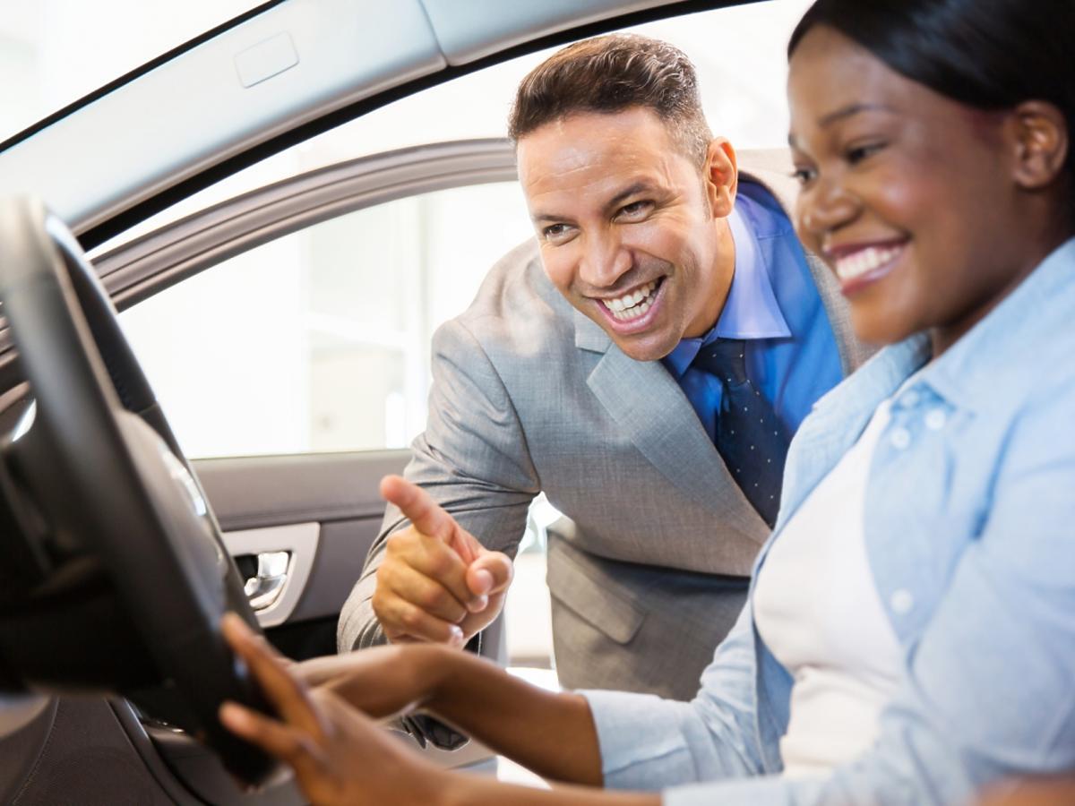 kobieta i mężczyzna w samochodzie