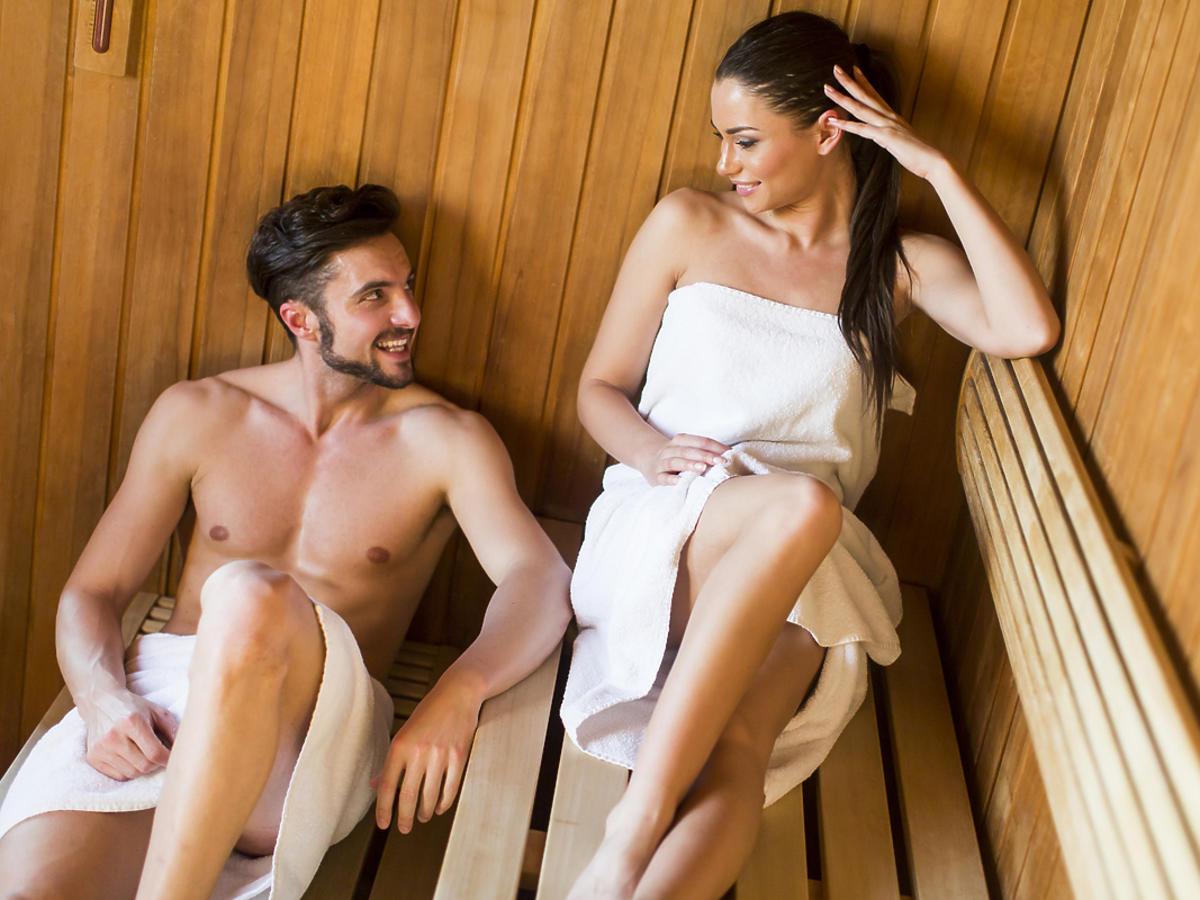 kobieta i mężczyzna w saunie