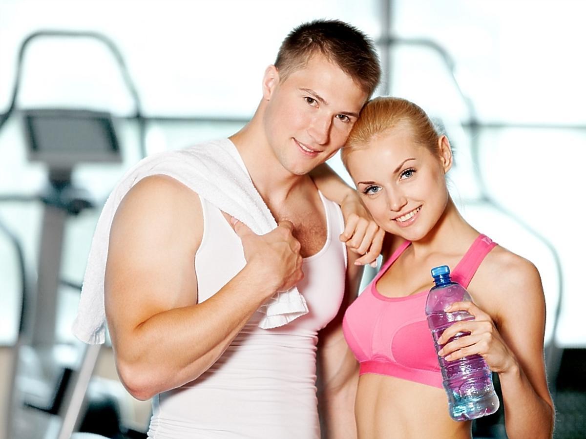 Kobieta i mężczyzna w strojach sportowych