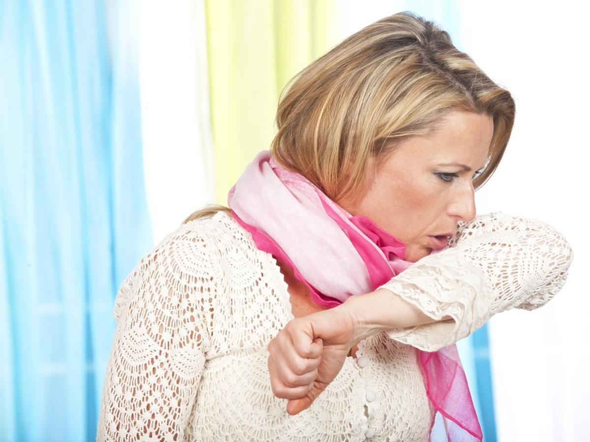 kobieta kaszląca w rękach