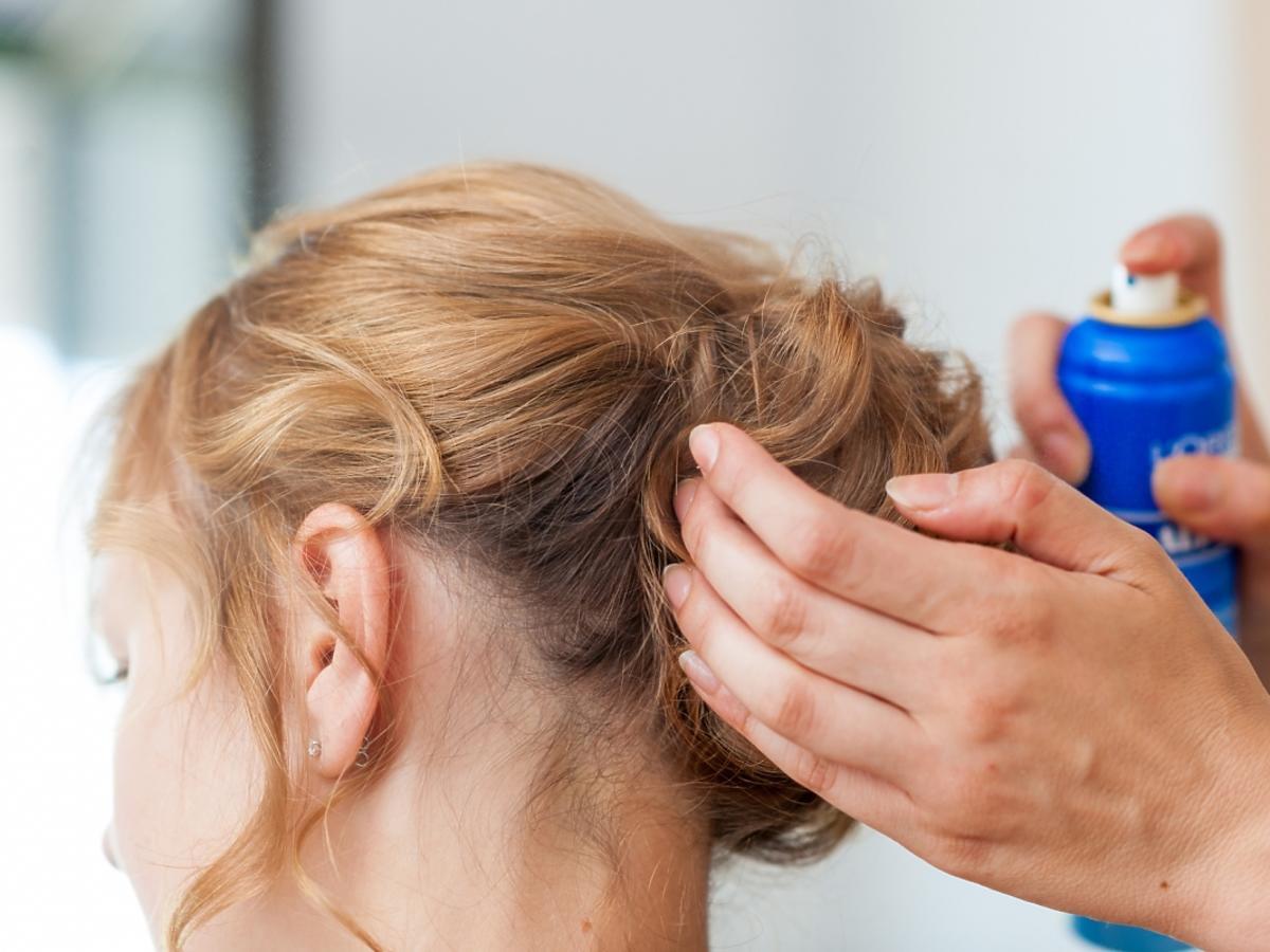 Kobieta, która układa u fryzjera niedbały kok