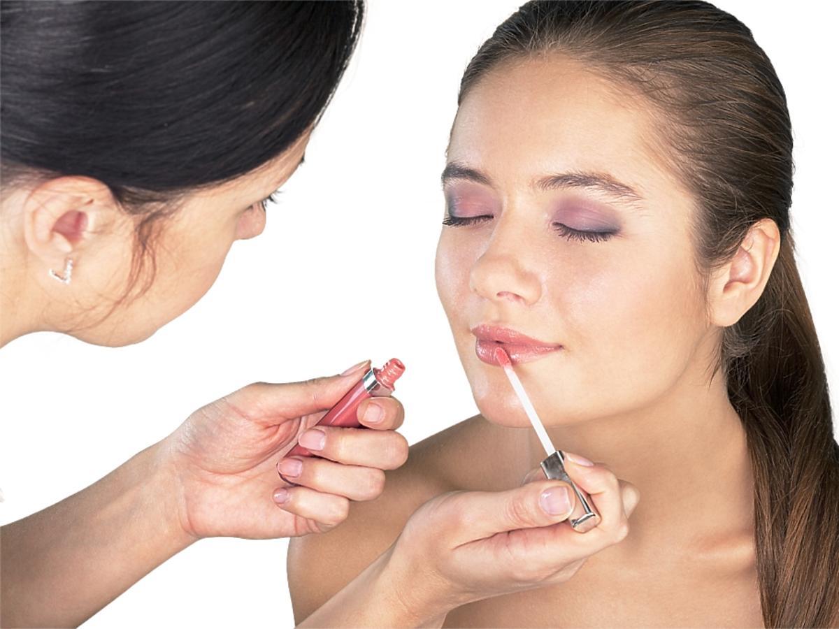 Kobieta, której maluje się usta