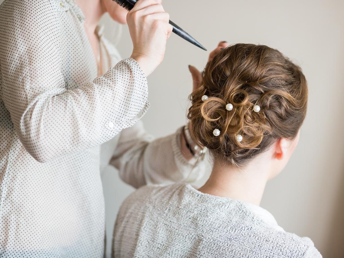Kobieta, której upinają włosy na ślub