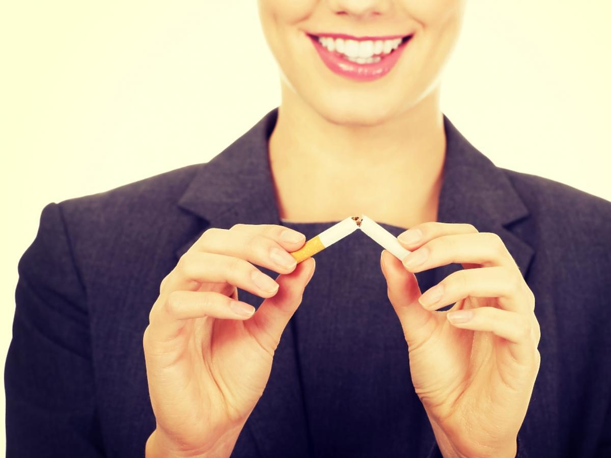 Kobieta łamie papierosa na pół