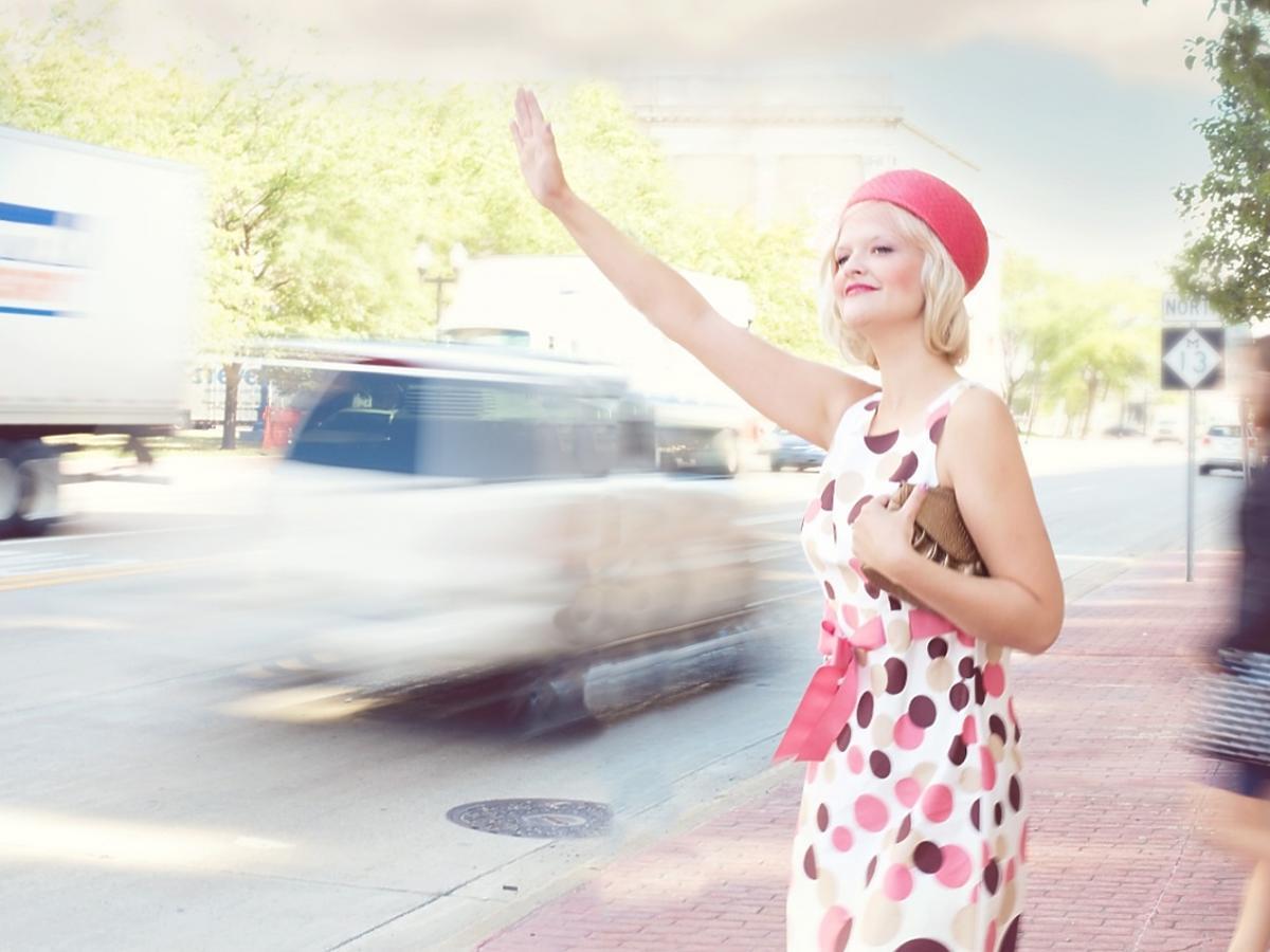 kobieta łapie taksówkę