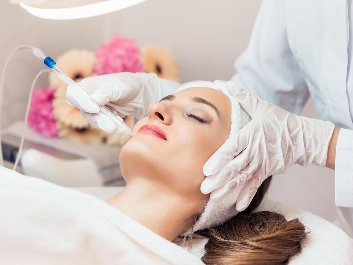 kobieta leżącą na fotelu u kosmetyczki