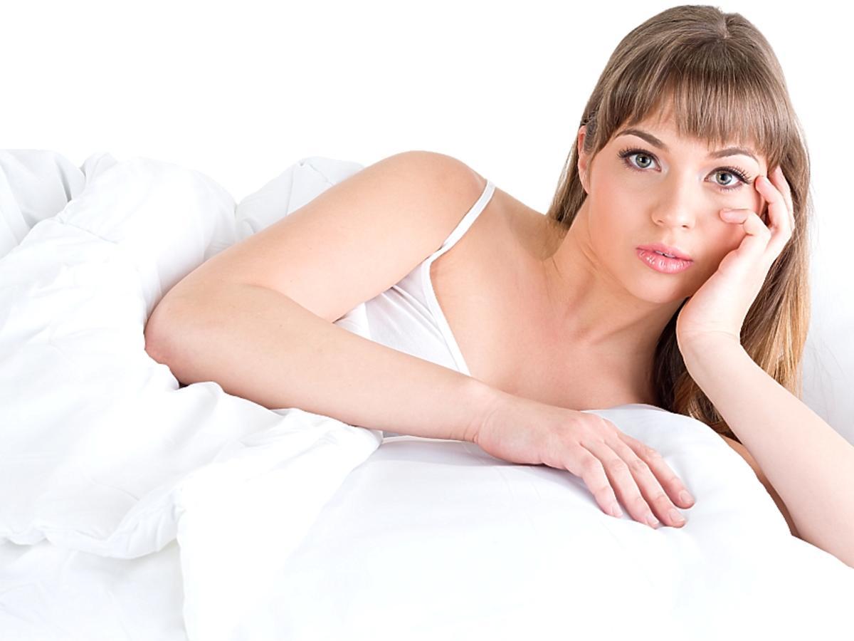 kobieta leży na łóżku