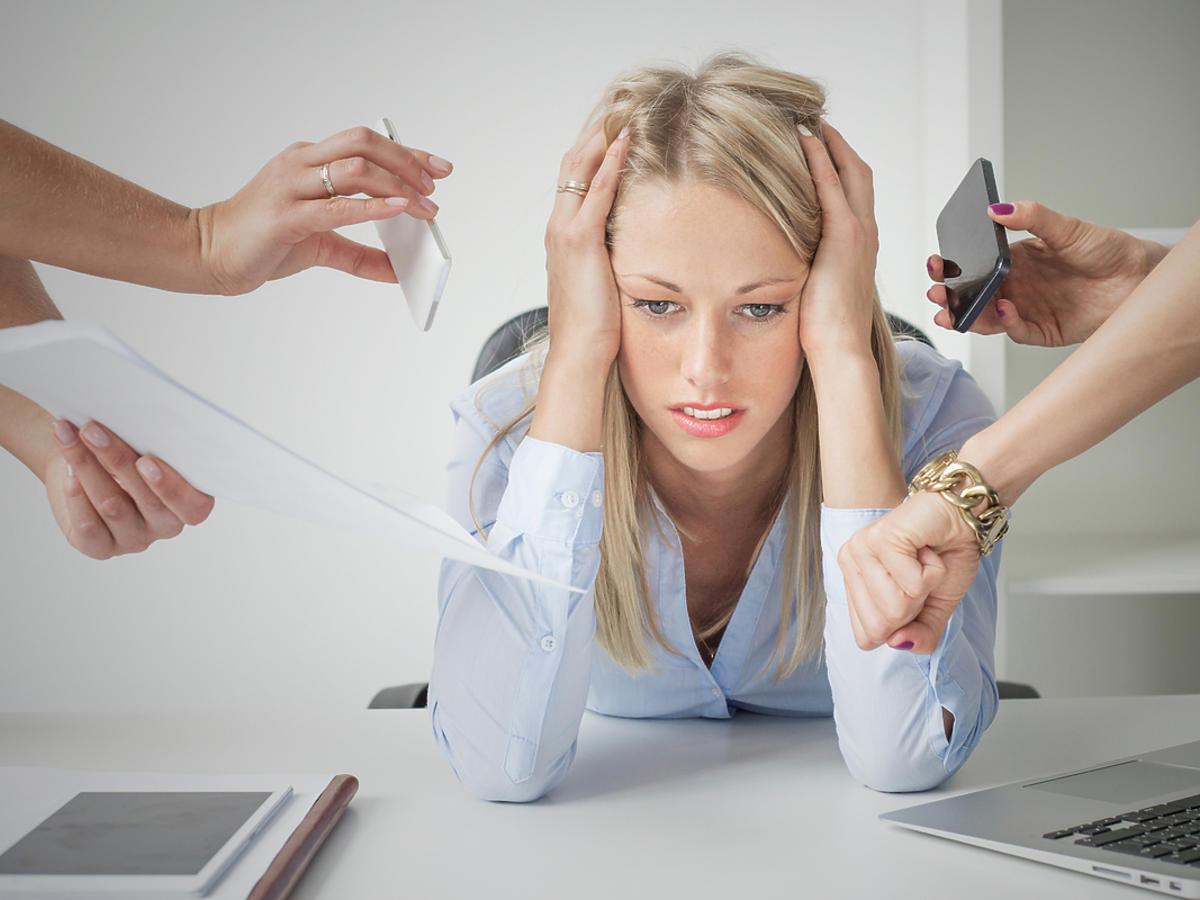 Kobieta ma bardzo stresujący dzień w pracy