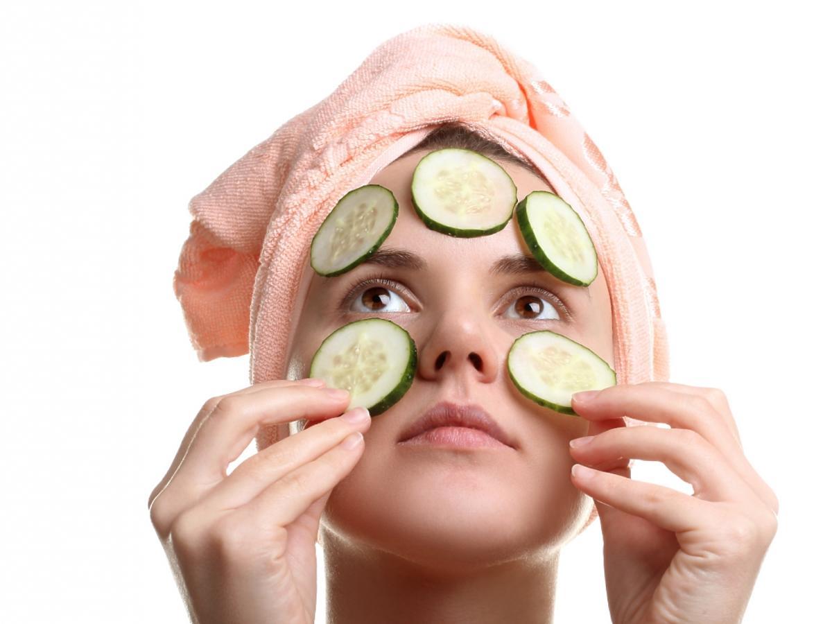 kobieta ma na twarzy maseczkę z ogórków