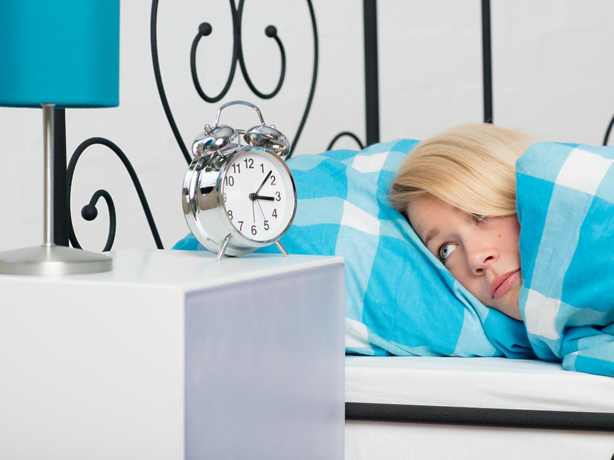 kobieta mająca problemy ze snem