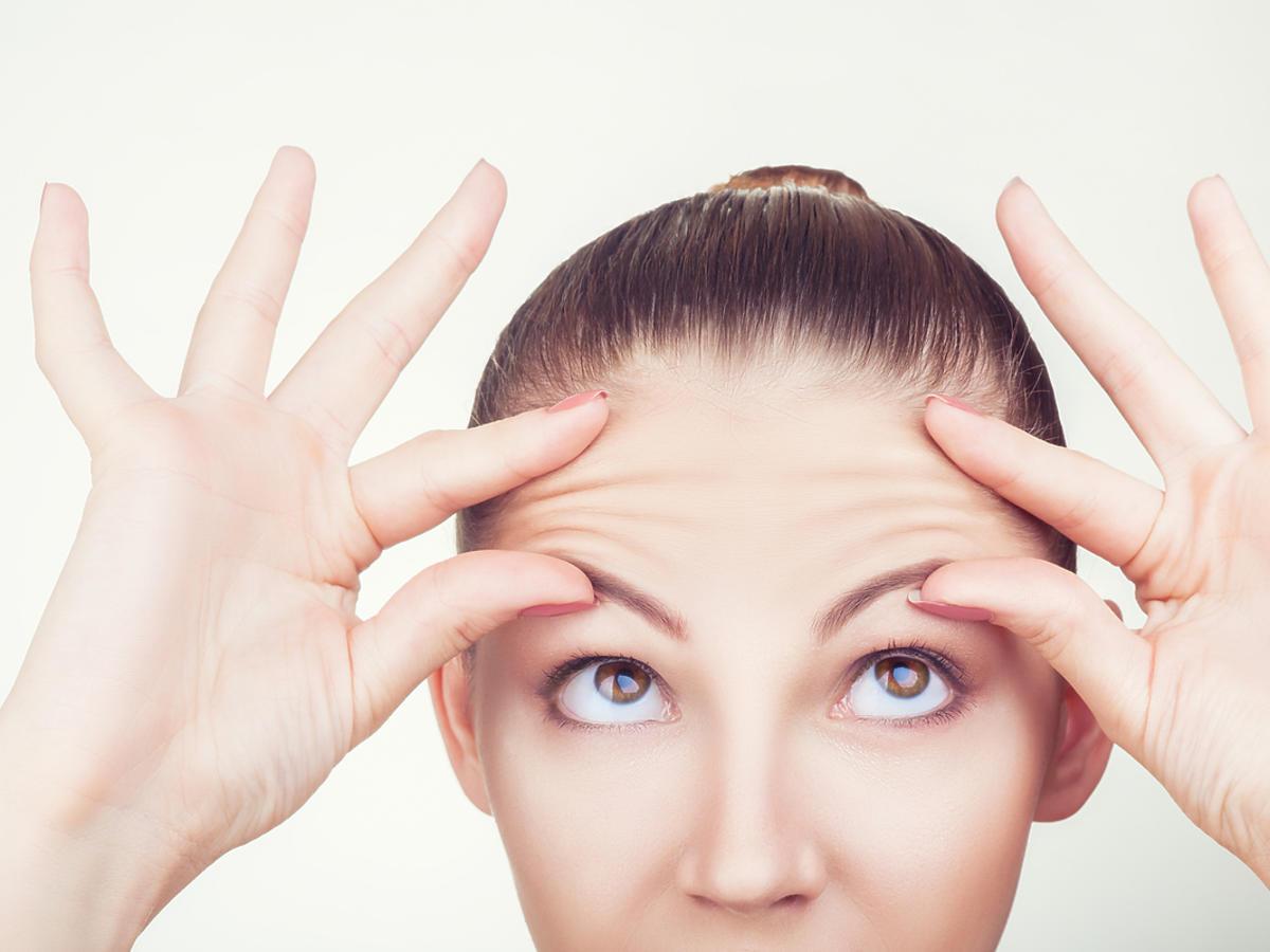 kobieta mierząca swoją twarz