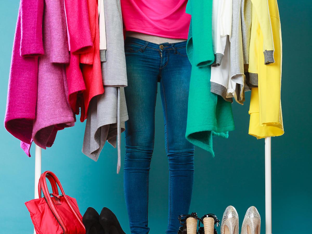 Kobieta mierzy ubrania