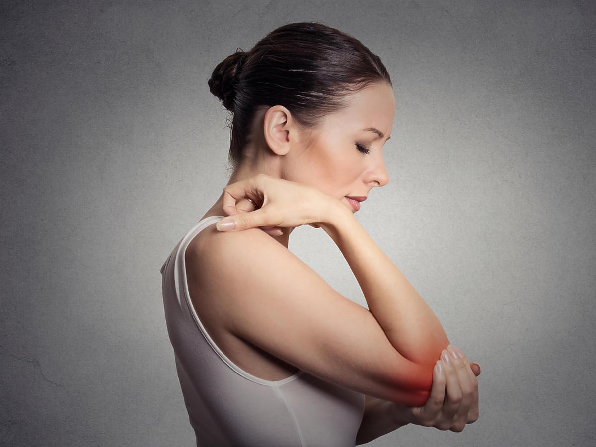 Kobieta na diecie niskopurynowej cierpiąca na ból stawu łokcia