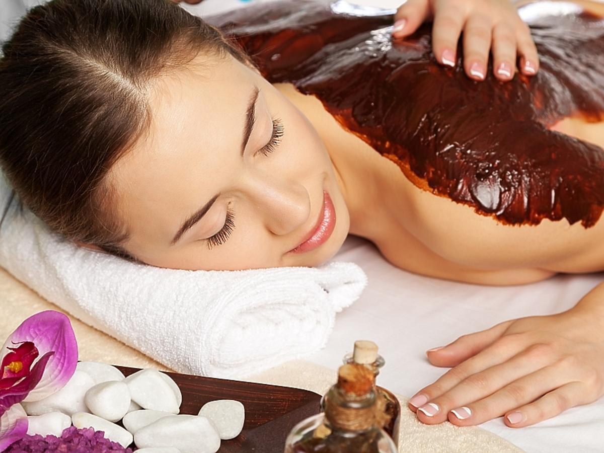 kobieta na masażu gorącą czekoladą