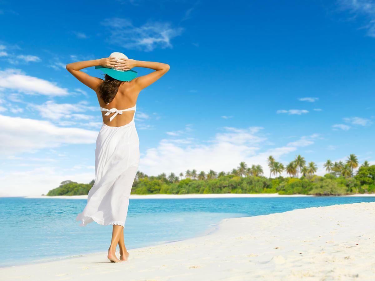kobieta na plaży w sukience