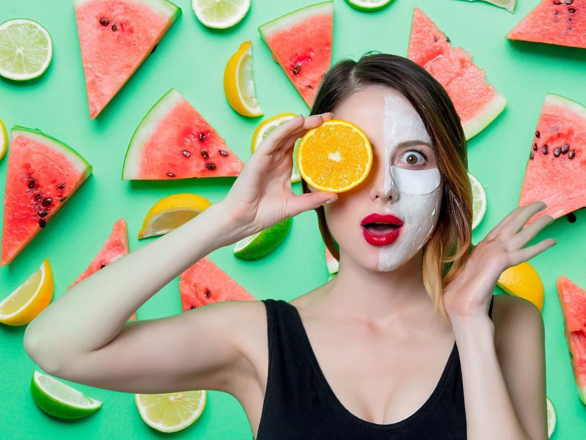 Kobieta na połowie twarzy ma nałożoną odżywczą maseczkę.