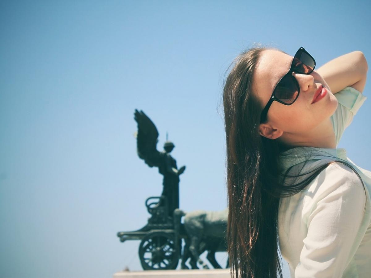 Kobieta na tle pomnika