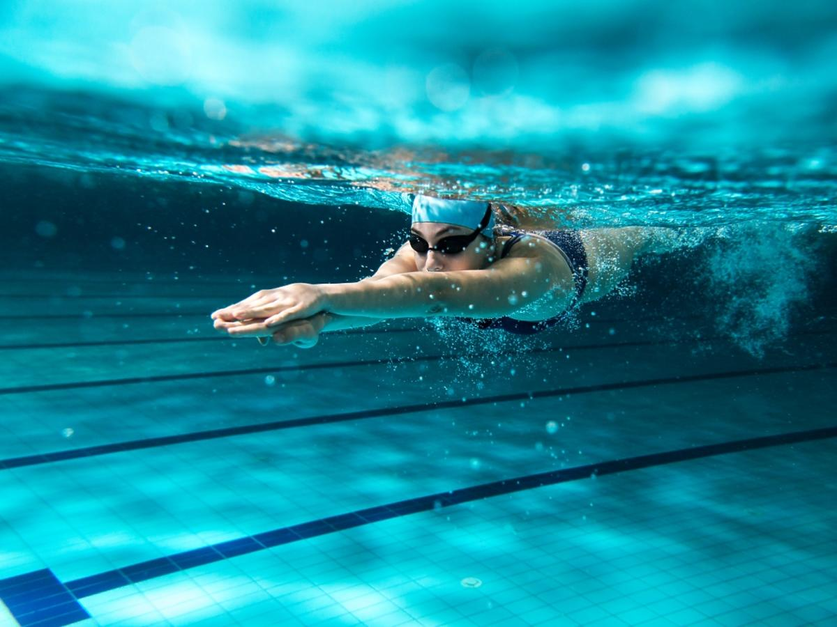 kobieta na torze pływackim