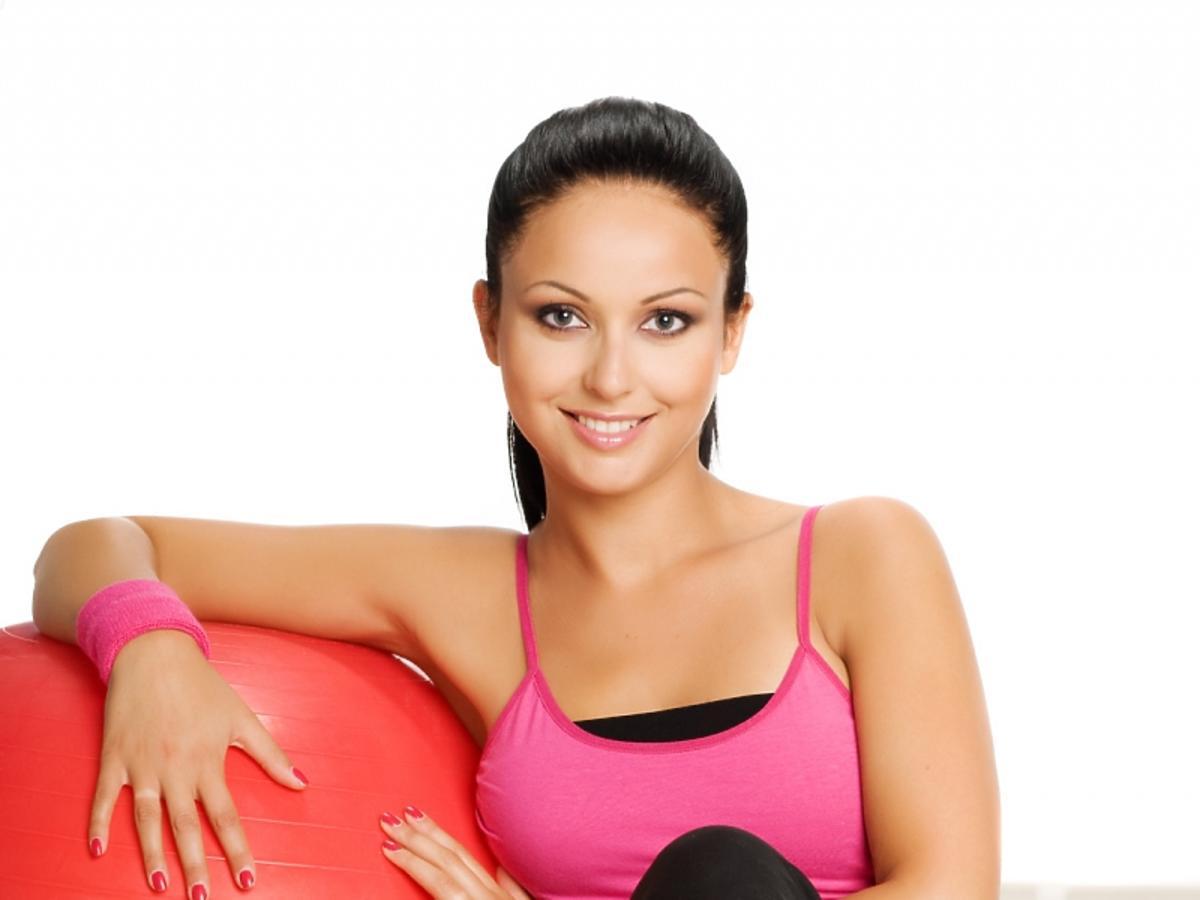 Kobieta na treningu z dużą piłką